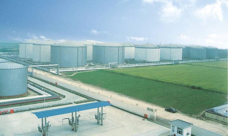 南通东方石油港储乐天堂网址登录的大型贮罐群,最大罐为15000m3